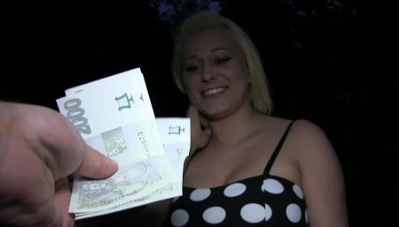 Зрелая интеллигентка за деньги снялась в домашнем видео и сделала достаточно умело минет возбуждённому коллеге